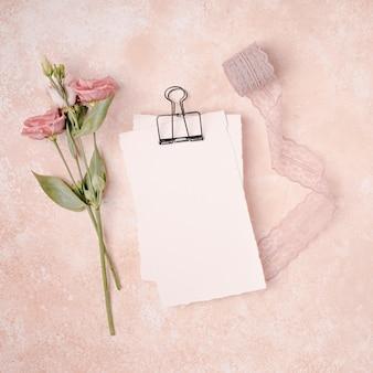 Plat lag bruiloft decoratie met bloemen en lint