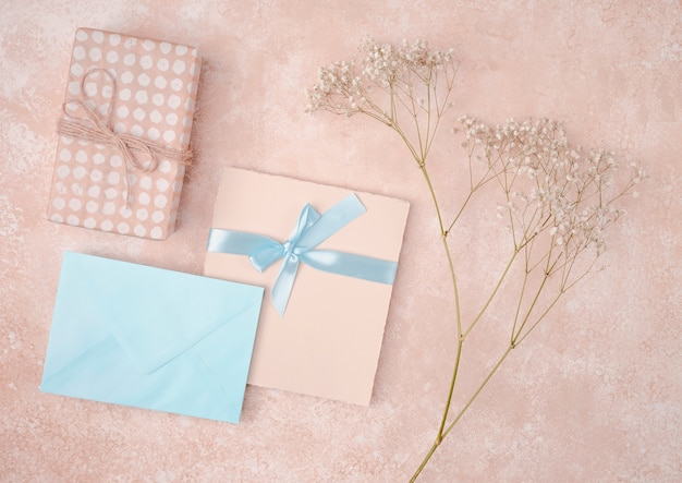 Plat lag bruiloft uitnodiging met blauwe envelop