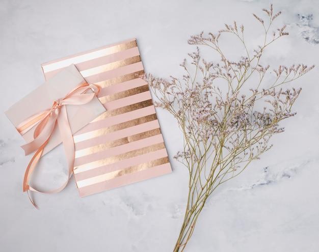 Plat lag bruiloft uitnodiging met gouden lijnen