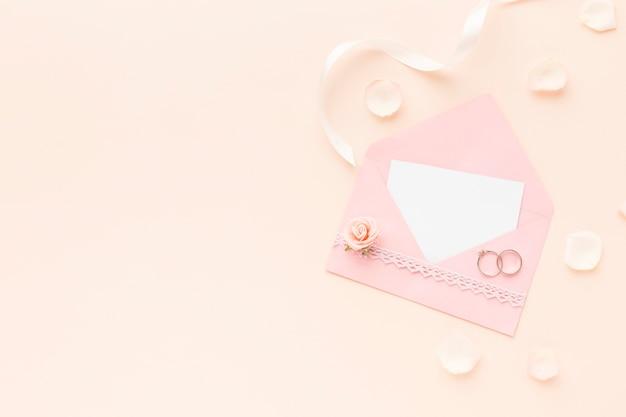Plat lag bruiloft uitnodiging met kopie-ruimte