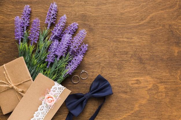 Plat lag bruiloft uitnodiging met lavendel met kopie-ruimte