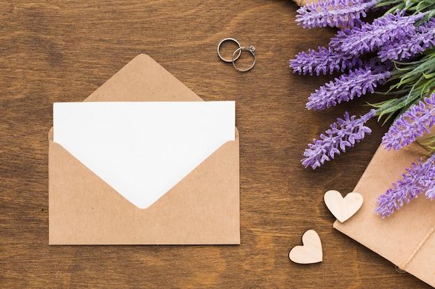 Plat lag bruiloft uitnodiging met lavendel