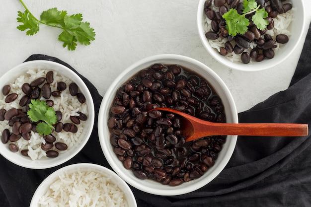 Plat lag bruine bonen met rijst in kom