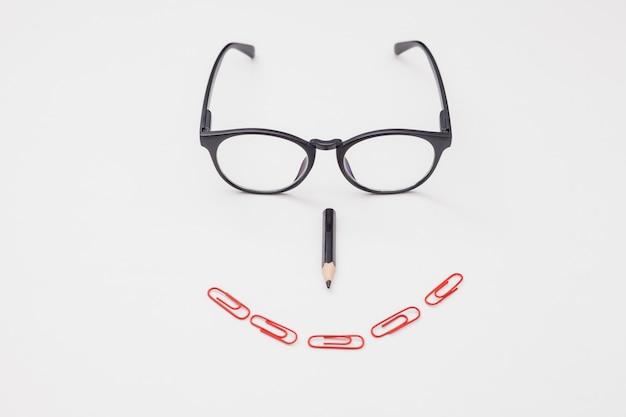Plat lag bureau concept met een bril