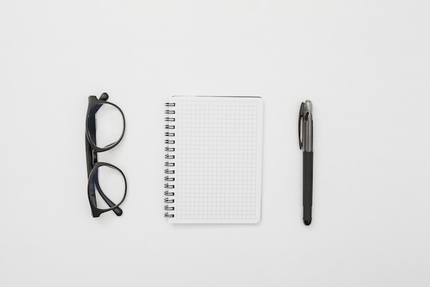 Plat lag bureau concept met kladblok