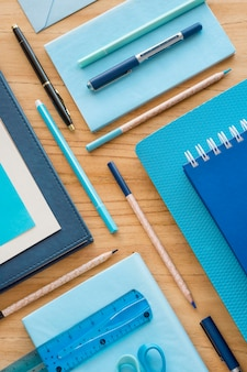 Plat lag bureau-elementen op houten tafel