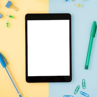Plat lag bureau-opstelling met tablet