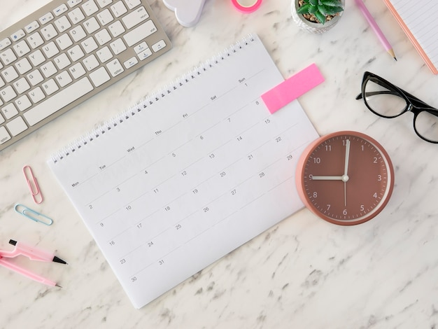 Plat lag bureaukalender en klok