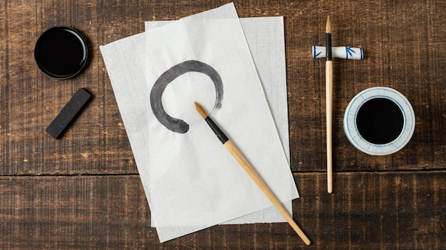 Plat lag chinese inktslag op wit papier