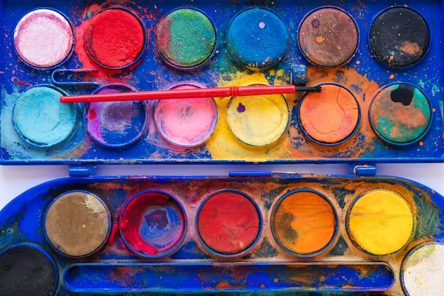 Plat lag close-up kleurenpalet in blauwe doos