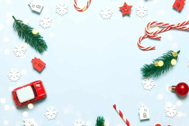 Plat lag compositie met kerstmis en nieuwjaar decor op een witte achtergrond