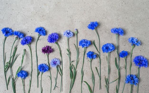Plat lag compositie met korenbloemen op ambachtelijke papier