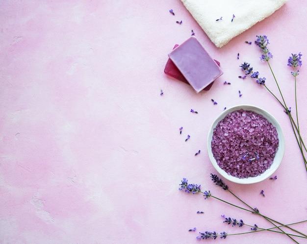 Plat lag compositie met lavendel bloemen en natuurlijke cosmetica