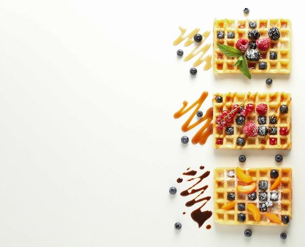 Plat lag compositie met wafels en verschillende toppings