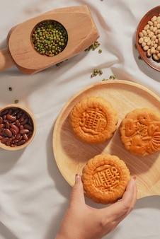 Plat lag conceptueel van mid-autumn festival eten mooncake. tekst op taart betekent geluk.
