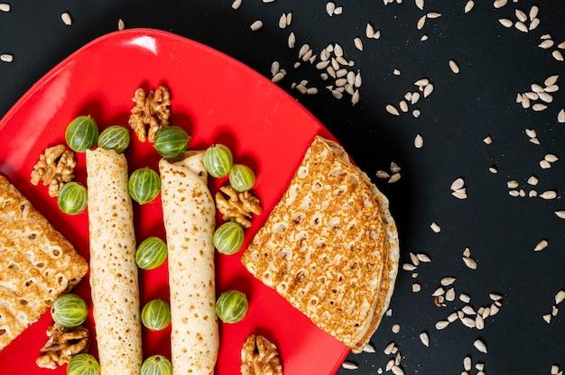 Plat lag crêpes arrangement op een rode plaat