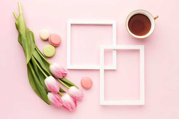 Plat lag cup met tulpen naast