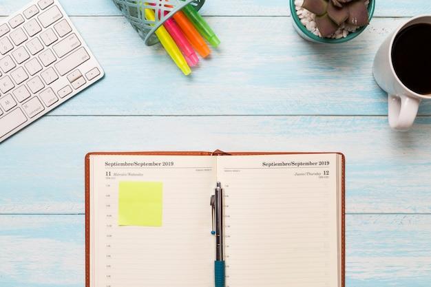 Plat lag dagboek op het bureau