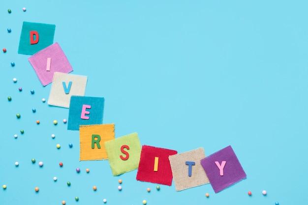 Plat lag diversiteit woord gemaakt van kleurrijke kaarten met kopie ruimte