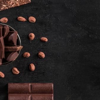 Plat lag donker assortiment met chocolade met kopie ruimte