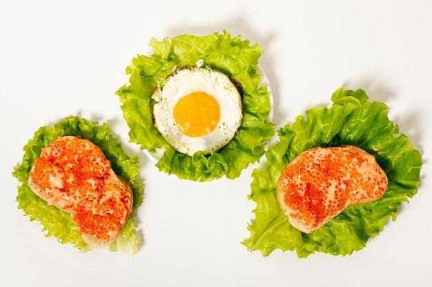 Plat lag eiwit ontbijt op effen achtergrond