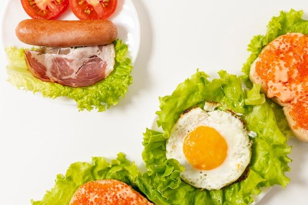 Plat lag eiwit ontbijt regeling op effen achtergrond