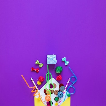 Plat lag feestartikelen op paarse achtergrond