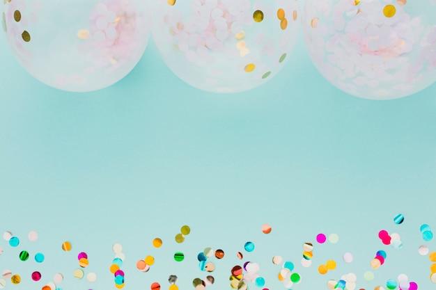 Plat lag feestdecoratie met ballonnen en blauwe achtergrond