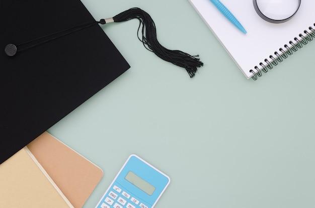 Plat lag feestelijke afstudeersamenstelling met academische pet