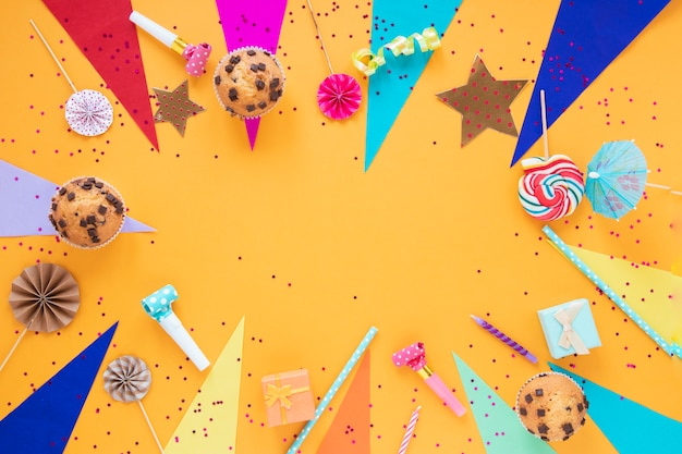 Plat lag feestelijke regeling voor verjaardagspartij met kopie ruimte