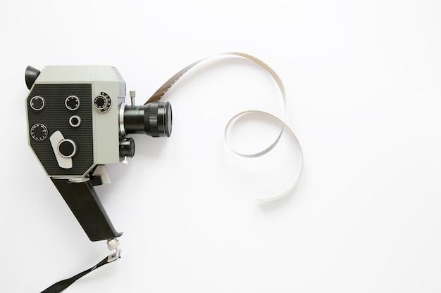Plat lag filmcamera op witte achtergrond