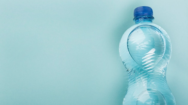 Plat lag fles water kopie ruimte