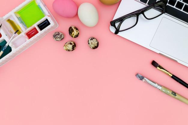 Plat lag foto van moderne werkplek met laptop en eieren