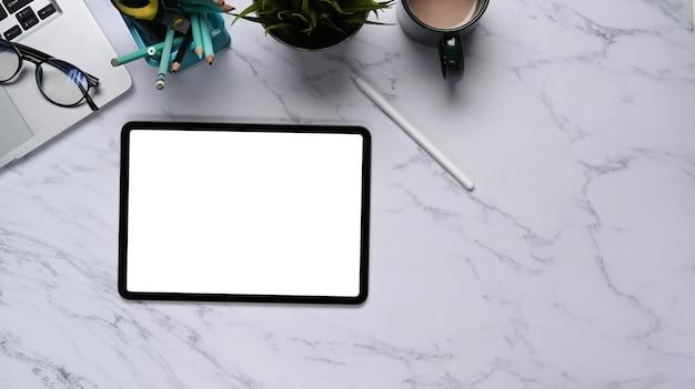 Plat lag foto van werkruimte met digitale tablet, laptop en koffiekopje op marmeren textuur achtergrond.