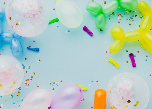 Plat lag frame met ballonnen en blauwe achtergrond