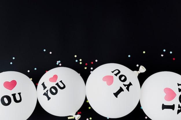 Plat lag frame met ballonnen en zwarte achtergrond