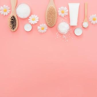 Plat lag frame met borstels op roze achtergrond