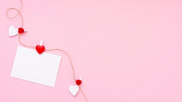 Plat lag frame met stuk papier en roze achtergrond