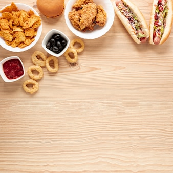 Plat lag frame met voedsel en kopie-ruimte