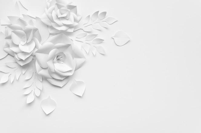 Plat lag frame met witte bloemen en achtergrond