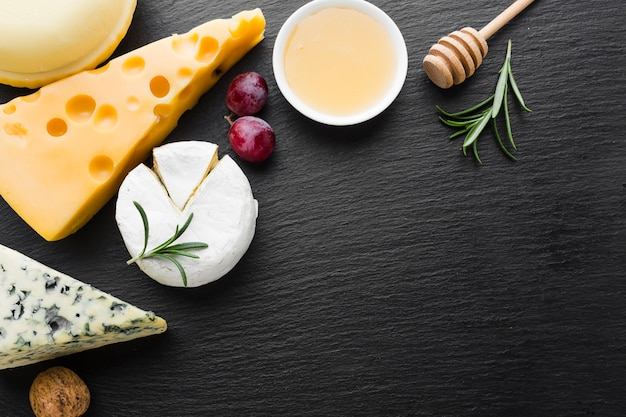 Plat lag gastronomische kaasmix en honing met kopie ruimte