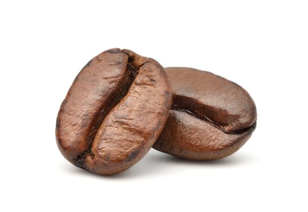 Plat lag gebrande koffiebonen geïsoleerd op wit
