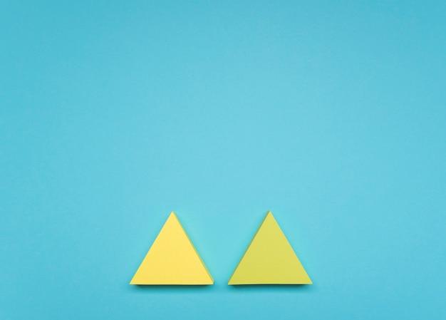 Plat lag gele pijlen met kopie-ruimte