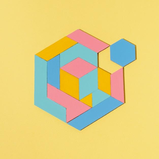 Plat lag geometrische vorm met gele achtergrond