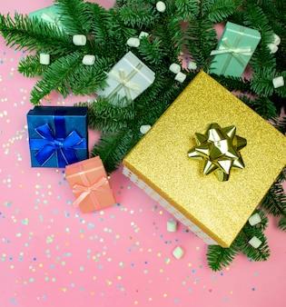 Plat lag geschenkdoos met lint, marshmallow, concept kerst fir tree vakantie