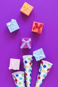 Plat lag geschenkdozen op paarse achtergrond