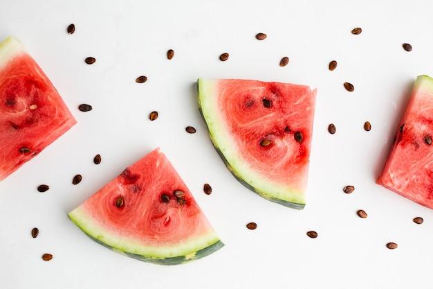 Plat lag gesneden watermeloen regeling met kopie ruimte