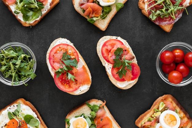 Plat lag gezonde sandwiches samenstelling op zwarte achtergrond