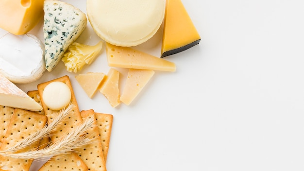 Plat lag gourmet kaas assortiment en crackers met kopie ruimte