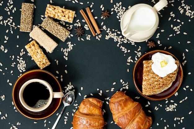Plat lag graan voedsel assortiment met koffie en melk op effen achtergrond